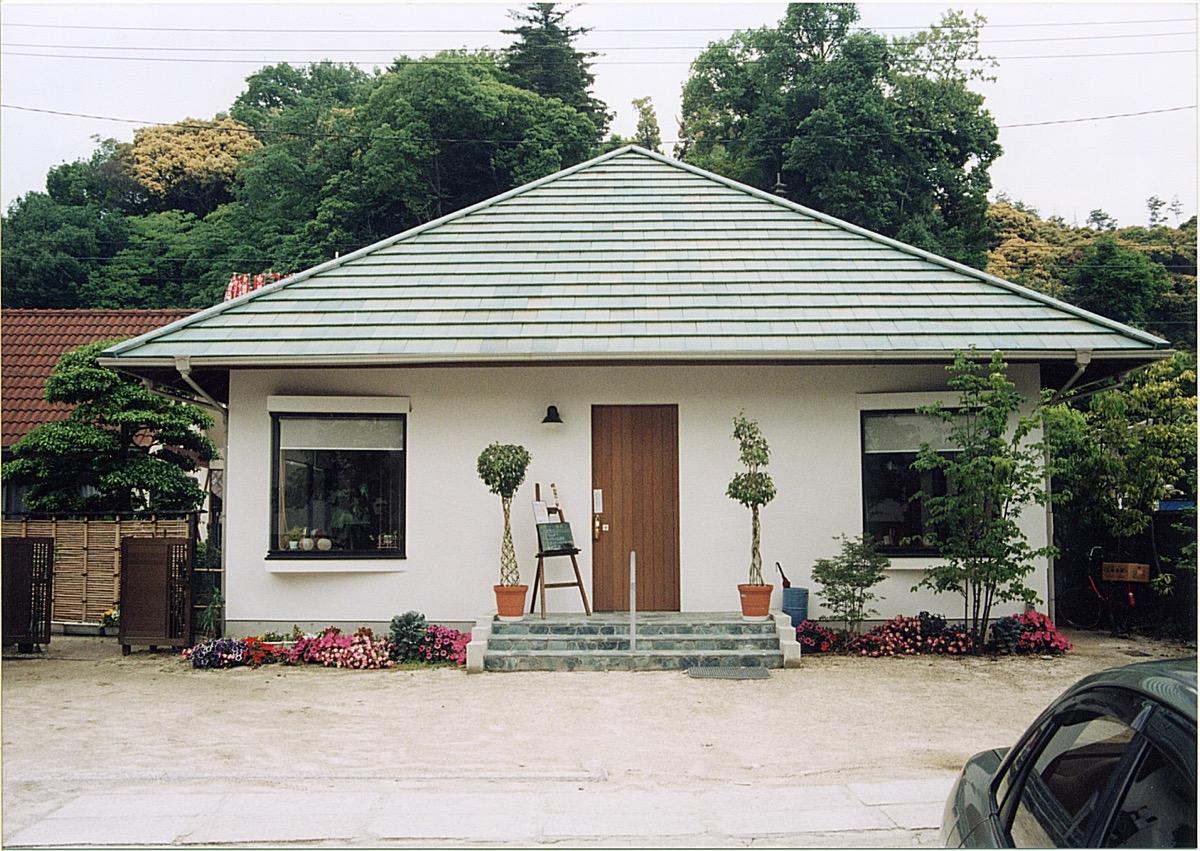 漆喰塗りと登り梁屋根のカフェ