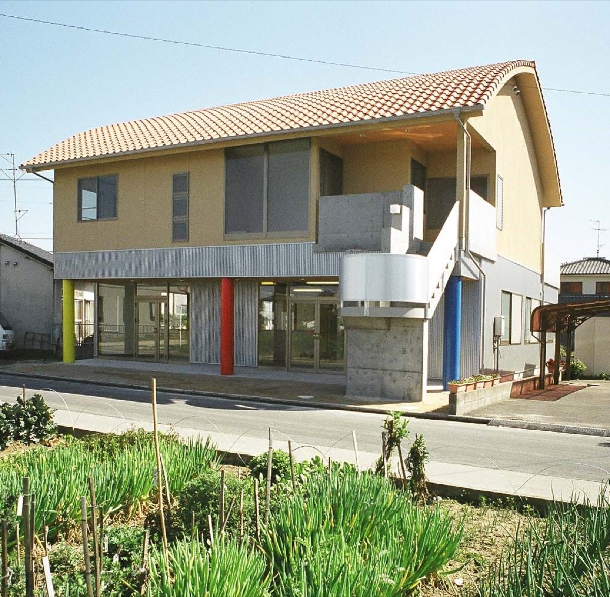 Rの屋根が特徴の混構造の住居兼用建物