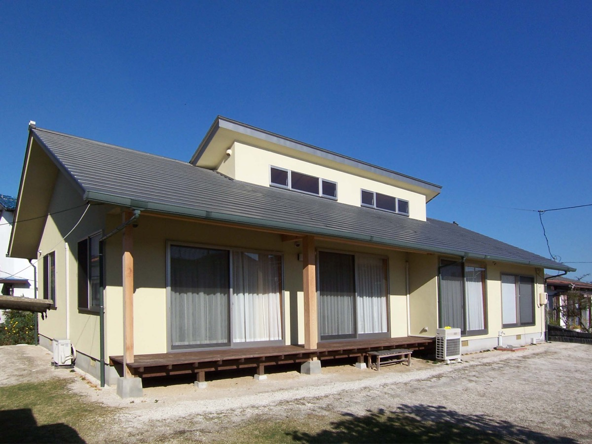越屋根のある明るい平屋作りの住宅