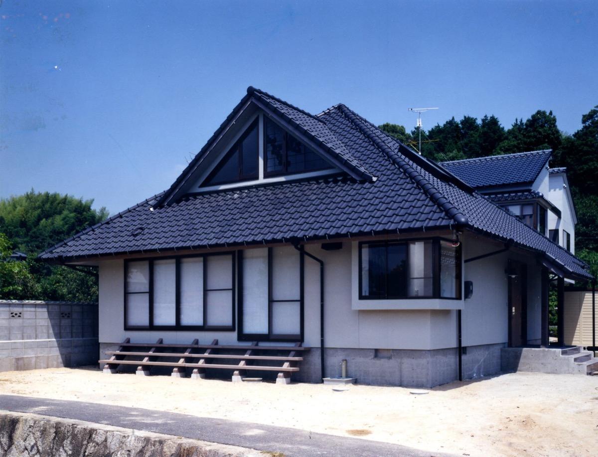 洗練されたデザインの民家風住宅