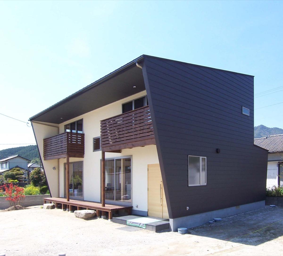 特徴的なガルバリウム性の外壁を持った家