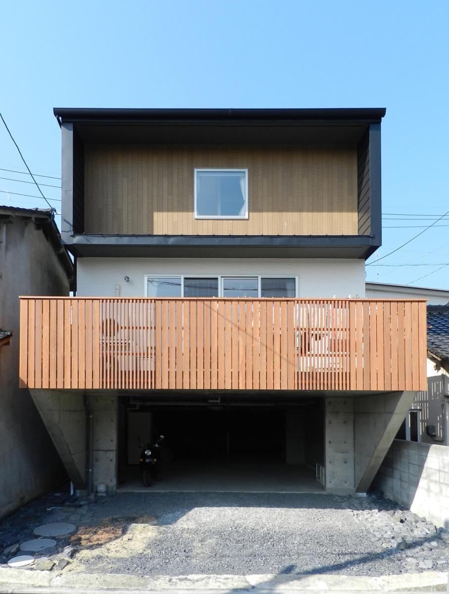 狭小敷地に建つ3階建ての混構造住宅