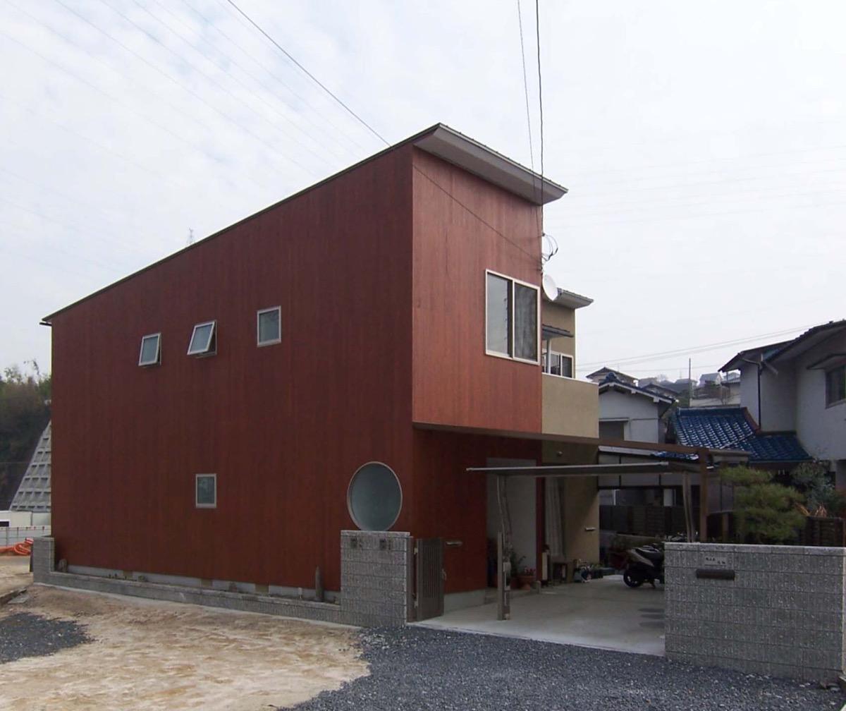 木製の外壁が特徴の二世帯住宅