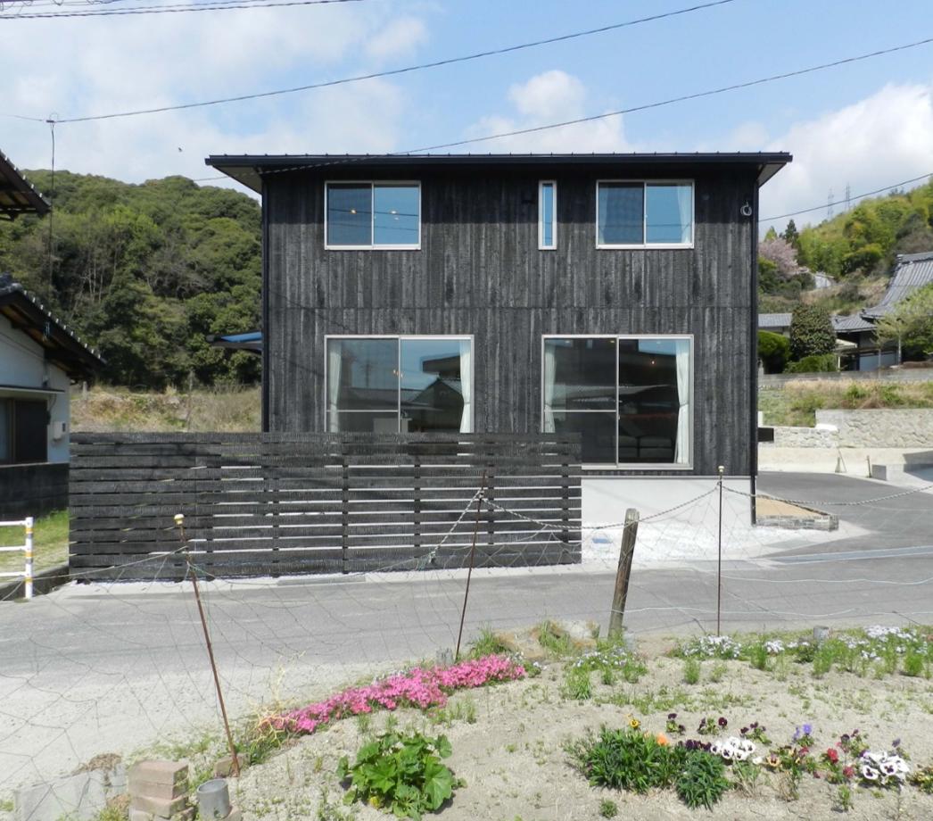 大屋根と手焼きの焼き杉板の家