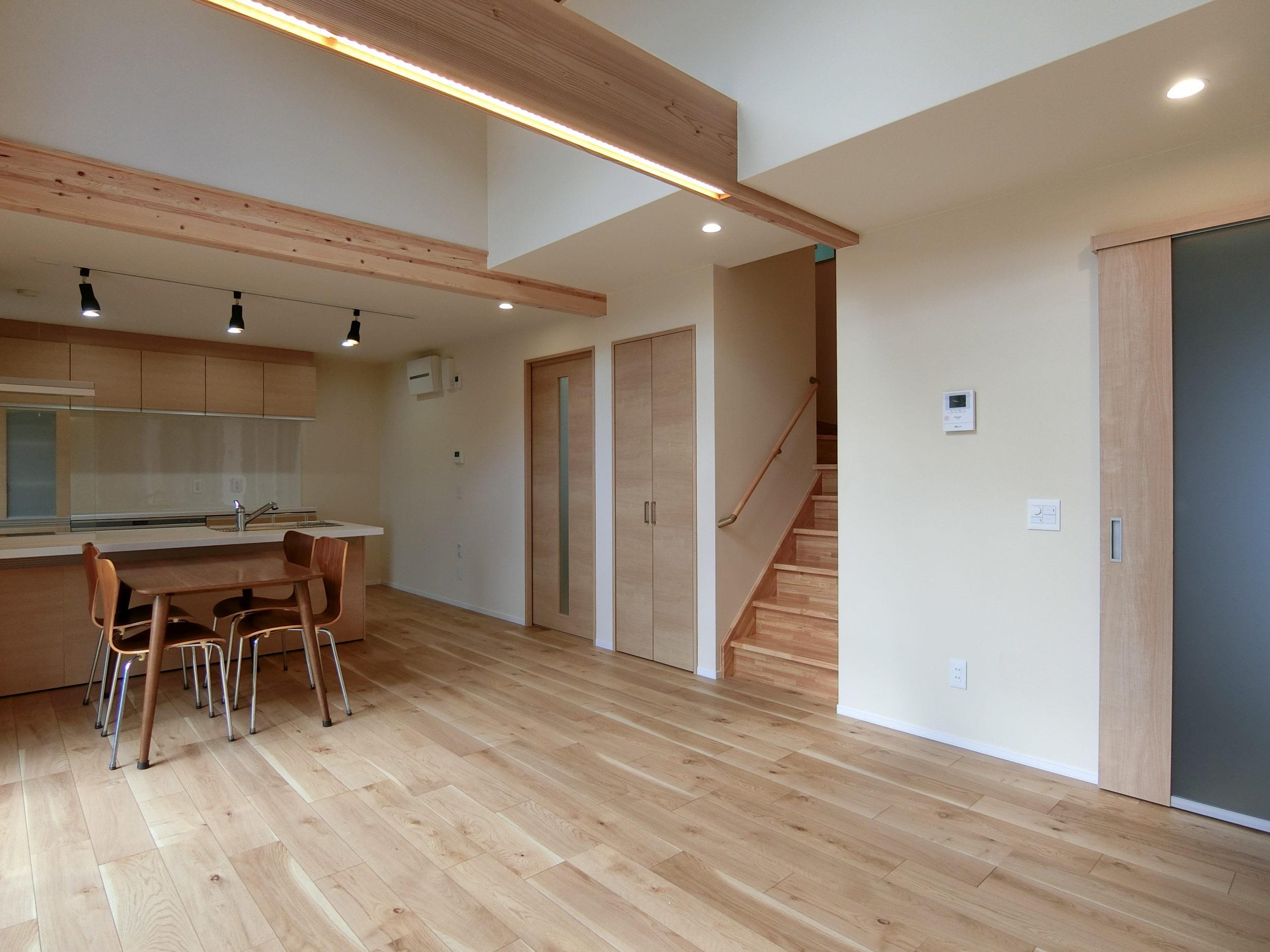 明るく開放的な吹き抜けの有るゼロエネルギーハウス