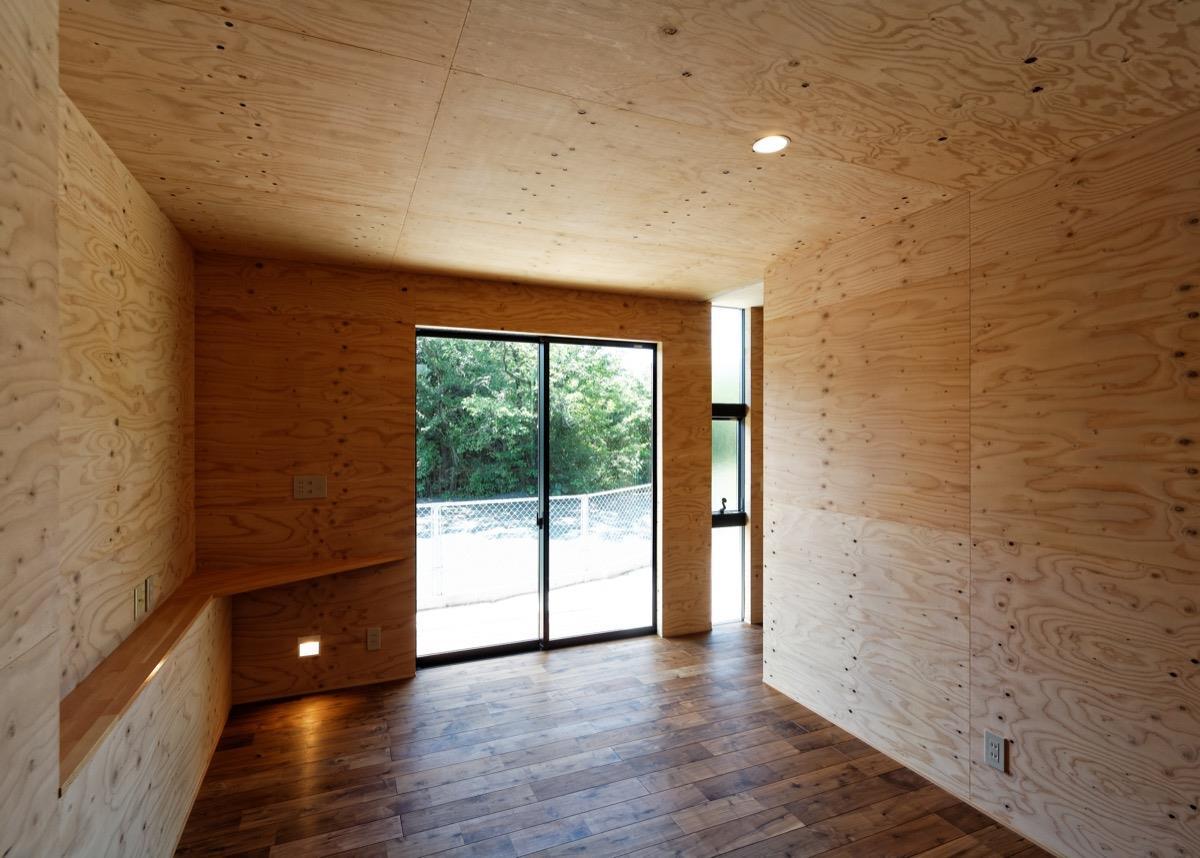 変形地形を有効利用した家