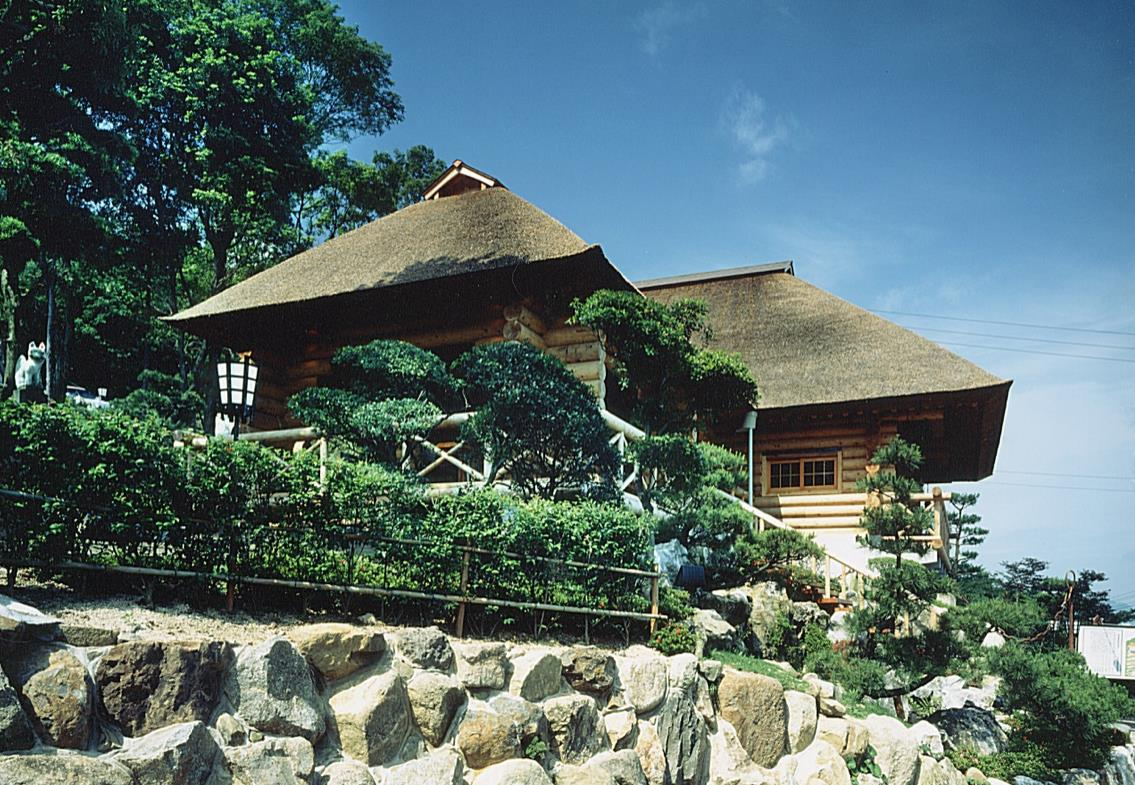 茅葺屋根のログハウス