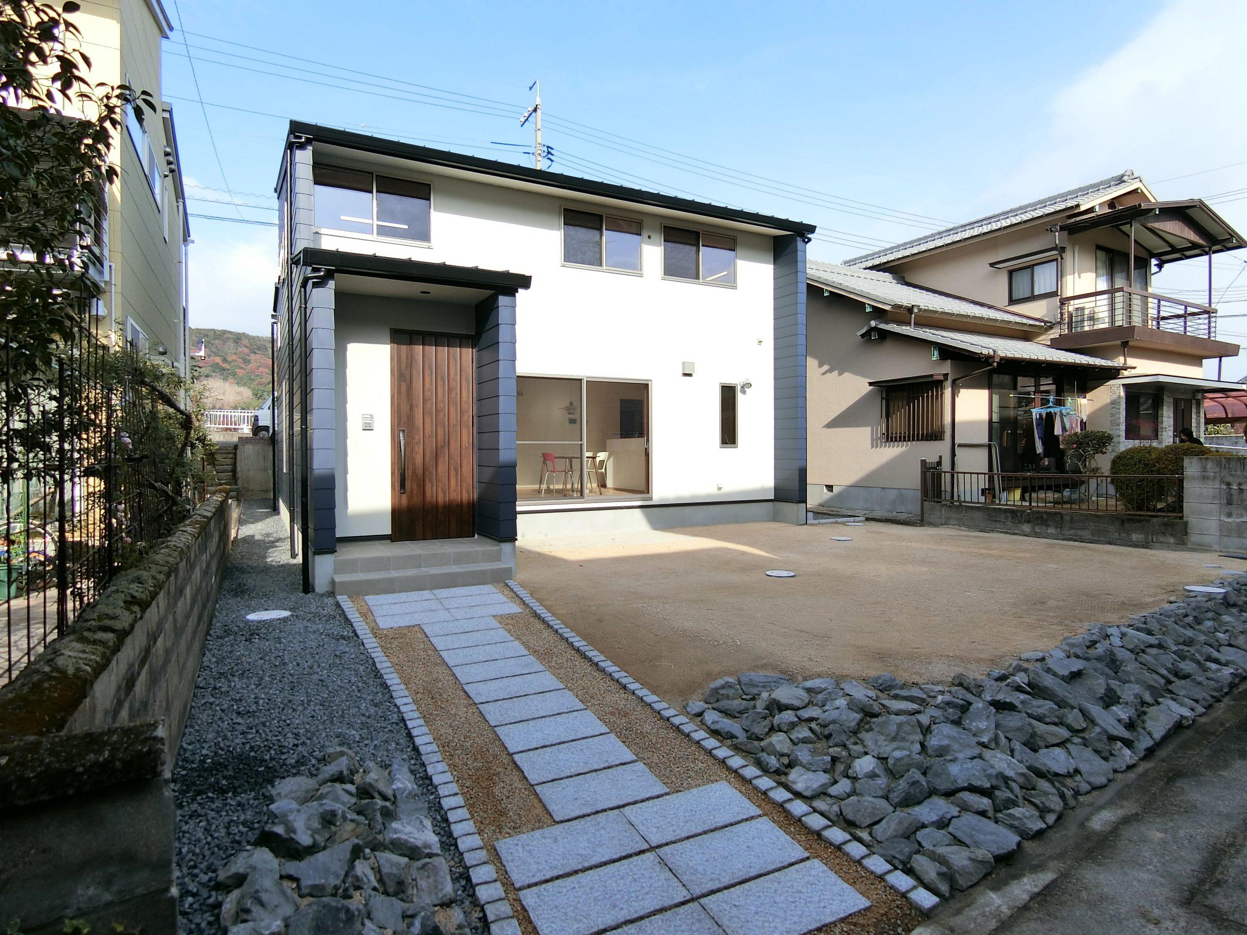 高低差のある敷地を有効利用したシンプルモダンな家