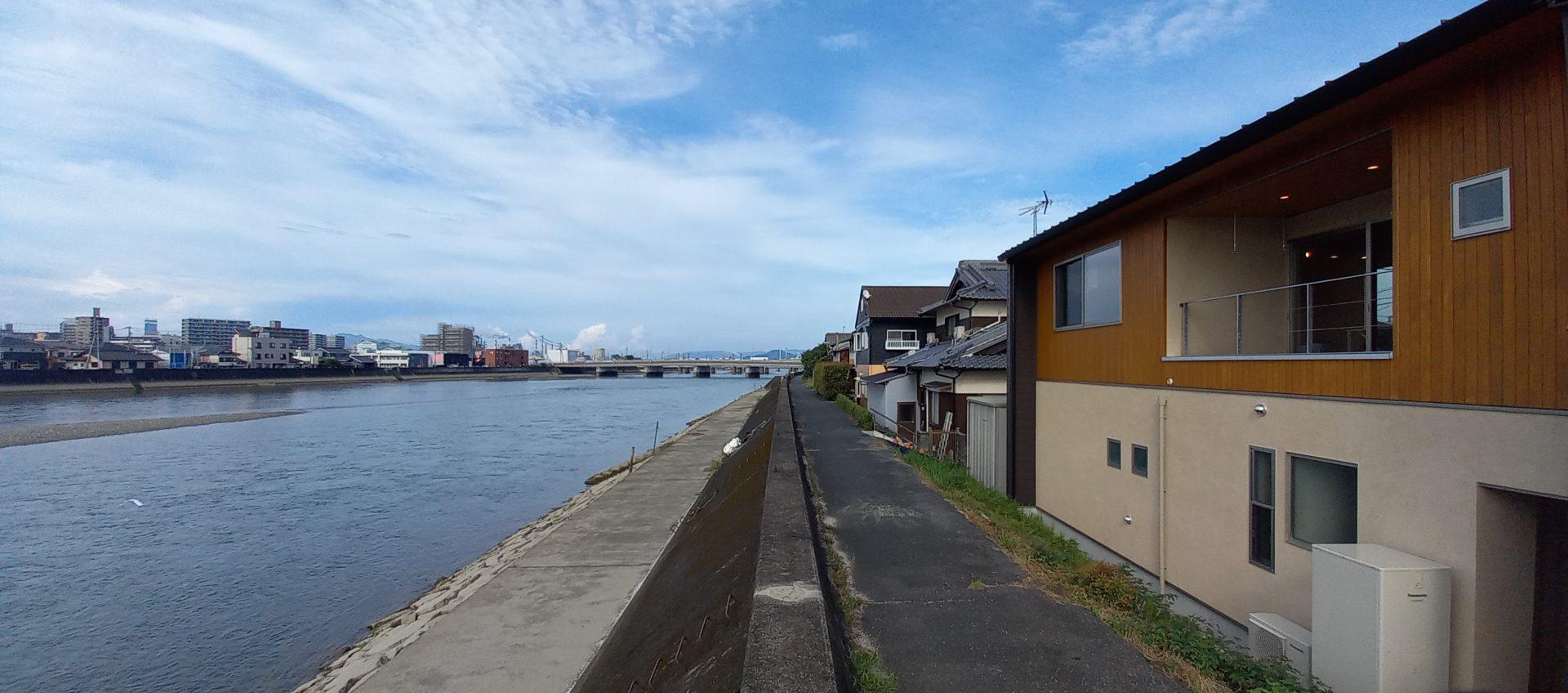 川の流れを感じる暮らし。ロケーションを活かした2階リビングの家